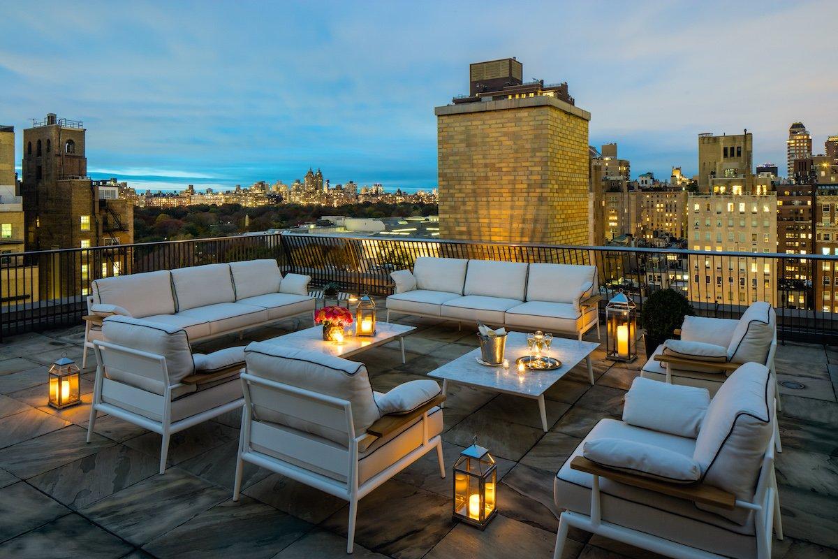 Khung cảnh lãng mạn trên tầng thượng của khách sạn The Mark Hotel