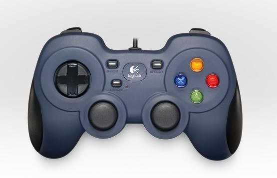 Các game thủ kiểm soát các hành động. Một kiểu dáng bố trí nút quen thuộc giúp thao tác nhanh trong các trò chơi mà không cần phải thiết lập mới. Các nút di chuyển được thiết kế chuyển tiếp với nhau giúp người chơi trượt nhanh trên các nút một cách dễ dàng khi chơi các trò chơi hành động, đòi hỏi tốc độ nhanh.
