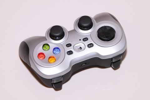 Các nút D-pad nổi của F710 có thiết kế liền nhau giúp cho các game thủ chuyển tiếp nút nhanh, làm cho tốc độ chơi game nhanh hơn.