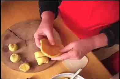 Viên bánh trung thu truyền thống