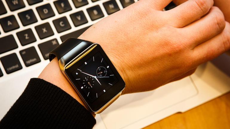 Samsung Gear Live phù hợp cho những người mua thích đeo đồng hồ thông minh thiết kế mặt vuông