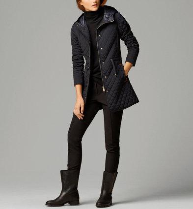 Những mẫu áo khoác phao luôn thu hút được đông đảo các chị em. Không chỉ thời trang, đa dạng mà áo phao còn rất ấm áp và mang lại sự trẻ trung cho các bạn nữ trong mỗi mùa đông về. Đặc biệt, mẫu áo khoác phao thô 3 lớp trần bông dáng dài của Massimo Dutti hấp dẫn các nàng bởi phong cách giản dị, cổ điển, ấm áp trong những ngày se lạnh. Đây cũng là kiểu áo vô cùng dễ mặc cho các cô nàng. Bên cạnh đó, chiếc áo cũng mang tới một kiểu dáng và phong cách rất mới lạ. Hiện mẫu áo khoác này được bán với mức giá chính thức khoảng 4.198.000 đồng.