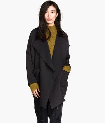 Áo khoác vạt thả tự do (Draped Coat của hãng thời trang đến từ Thụy Điện H & M rất đa năng, có thể dễ dàng phối hợp với nhiều trang phục cùng nhiều style khác nhau. Chiếc áo sẽ giữ ấm cho các nàng trong những ngày thu se lạnh. Đặc biệt, kiểu áo khoác vạt thả tự do này mang đến sự nổi bật cho người mặc với thiết kế táo bạo.  Các nàng có thể mix draped coat cùng váy maxi giống Angelina Jolie hay kiểu như Nicole Richie cũng rất tinh tế. Hiện kiểu áo này được bán với mức giá khoảng 1.695.000 đồng.