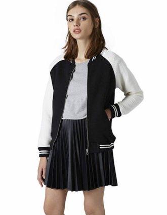 Áo khoác lửng nữ kiểu bóng chày Topshop Striped Rib Jersey Bomber dành cho quý cô thể thao: Đây là phong cách rất khỏe khoắn và được các teen đặc biệt ưa thích bởi nó khoe được vẻ năng động và cũng vô cùng ấn tượng khi xuống phố. Kiểu áo khoác bomber bóng chày này rất được ưa thích nhờ vẻ khỏe khoắn, năng động. Đặc biệt, trông các nàng sẽ phong cách và đẹp mắt hơn khi mix áo khoác bomber này kèm giày thể thao, crop top và quần skinny. Hoặc nếu là một cô nàng sporty, hẳn các nàng sẽ không thể bỏ qua kiểu áo bomber với điểm nhấn là phần bo đen trắng khi mix kèm áo thun và skinny jeans. Với hai cách mix đồ trên với áo khoác bomber thể thao, trông các nafg sẽ cá tính và mạnh mẽ hơn rất nhiều. kiểu áo khoác này được bán trên thị trường với mức giá chỉ khoảng 1.802.000 đồng.