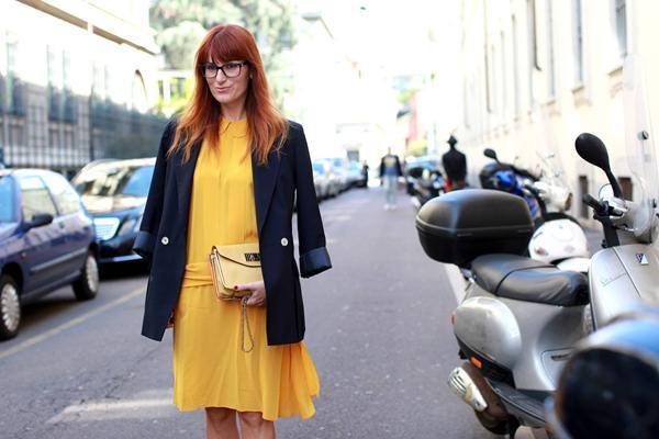 Người mặc trông sang trọng và lịch lãm với váy liền màu vàng rêu kết hợp cùng vest đen.