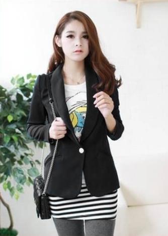Những bộ vest đen luôn có một sức cuốn hút đặc biệt khó cưỡng với các nàng. Cùng họa tiết thêu duyên dáng với những lớp cánh uốn mềm mại khiến trang phục tết đẹp sang trọng và đặc biệt, nổi bật giữa đám đông.