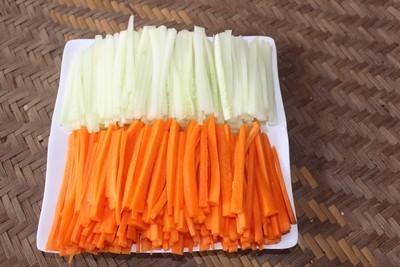 Rau sống rửa sạch, để ráo nước. Cà rốt, dưa chuột, xoài, dứa rửa sạch, ngâm nước muối, gọt vỏ sau đó thái thành sợi nhỏ dài (khoảng bằng chiều dài cái nem cuốn). Riêng cà rốt nên trần qua một chút.