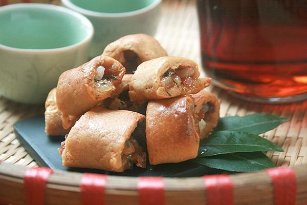Chiếc bánh chả nhỏ xinh, giòn rụm với nhân ngọt thơm mùi lá chanh là món ăn vặt nổi tiếng gắn với tuổi thơ của bao người con Hà Nội.