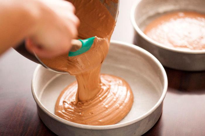 Trộn bánh theo như hướng dẫn của hộp bột làm bánh có sẵn rồi cho vào khuôn, nướng. Nướng khoảng 4 cái, dày khoảng 2-3 cm như vậy nhé.