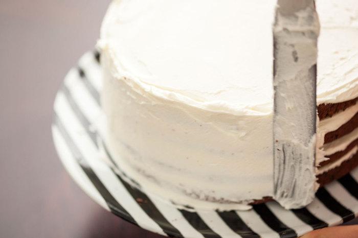 Phết xung quanh một lớp kem mịn bao phủ cả bánh nào.