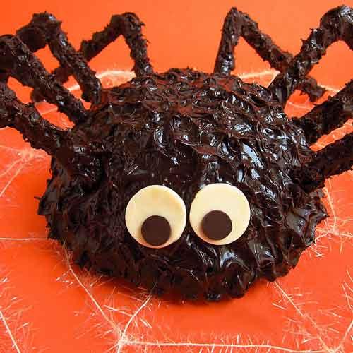 Món bánh hình con nhện ăn đêm Halloween tuy có vẻ đáng sợ nhưng ăn rất ngon đấy.