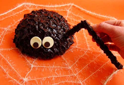 Khi chocolate đã đông cứng, lấy ra và gắn chân nhện vào hai bên thân nhện vậy là đã hoàn thành rồi. Làm thêm cả mạng nhện cho giống thật nữa nhé!