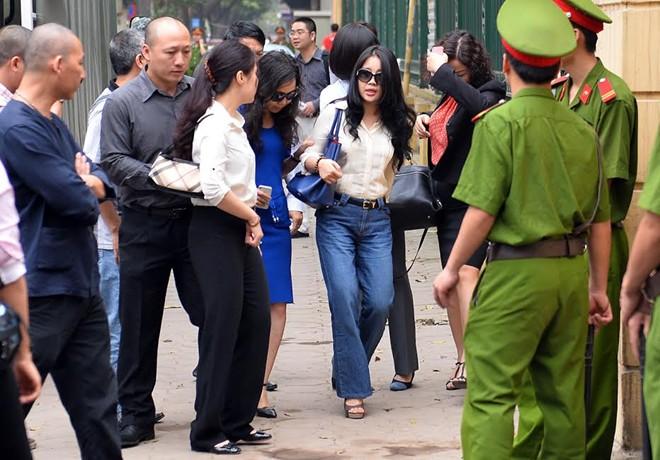 Vợ Bầu Kiên trước tòa xét xử chồng