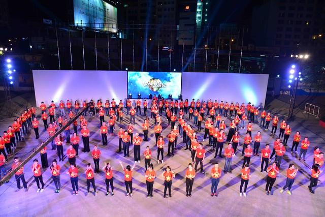 Khoác trên mình màu áo đỏ sắc vàng của cờ Tổ quốc, họ phối hợp với nhau nhịp nhàng trong từng bước nhảy dancesport trên nền nhạc ca khúc Những trái tim Việt Nam của nhạc sĩ Phương Uyên, khiến người xem không thể rời mắt. Không chỉ vậy, màn ra mắt của 8 cặp thí sinh tham gia tranh tài tại mùa giải năm nay ở phần cuối tiết mục cũng gây được hứng thú cho khán giả truyền hình