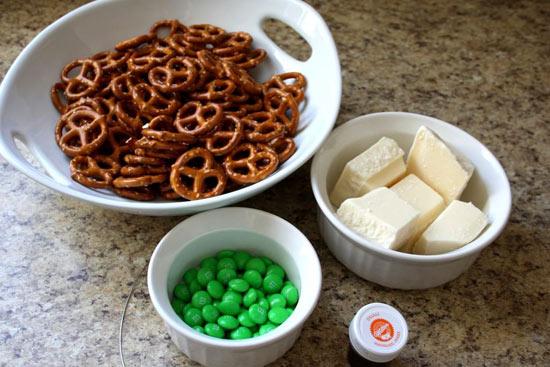 Chỉ với vài nguyên liệu đơn giản, dễ tìm, chúng ta đã có thể bắt tay vào làm món bánh quy nhúng hình bí đỏ, sau đó có thể dùng kèm một tách trà nóng hoặc một ly sữa tươi đều rất tuyệt.