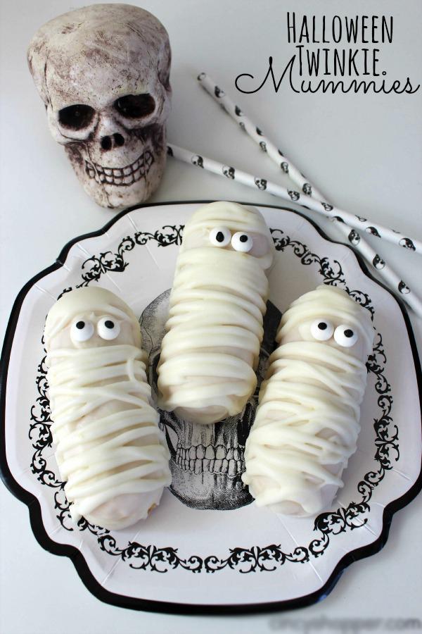 Bước 7: Cho bánh vào tủ lạnh để chờ socola đông cứng lại. Nào, giờ ngắm nhìn món bánh quy xác ướp kinh dị khá giống thây ma thôi nào!
