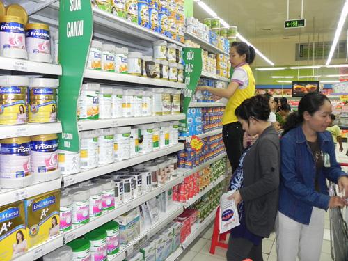Chỉ còn 10 ngày nữa công bố giá bán lẻ tối đa mặt hàng sữa bột dành cho trẻ em dưới 6 tuổi nhưng đến nay vẫn còn nhiều bất cập, lúng túng