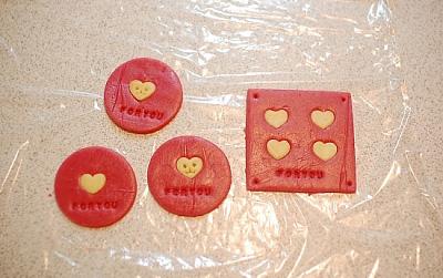 Tạo những trái tim bé xíu ấn lên phần bột màu đỏ để trang trí cho đẹp mắt.
