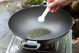 Cho chảo lên bếp, vặn lửa lớn, cho khoảng 2 muỗng dầu ăn vào chảo và đun nóng. (Nên dùng chảo cũ để tráng bánh, có thể dùng chảo không dính để giảm lượng dầu sử dụng. Không nên dùng chảo mới để tráng bánh, bánh sẽ dính chảo và không ngon.)