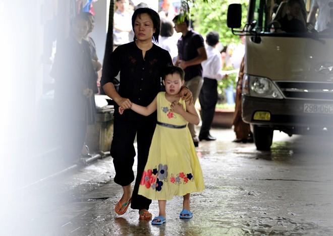 Chứng kiến cảnh di chuyển người già cơ nhỡ và các bé di chuyển đi, nhiều người đứng trong khuôn viên chùa Bồ Đề không giấu nổi xúc động.