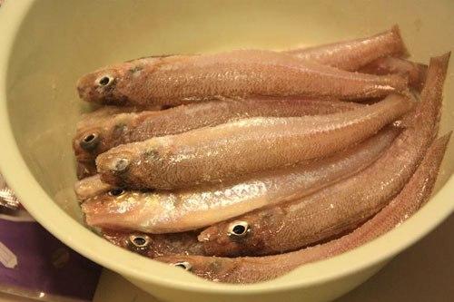 Cá bống đánh vẩy, rửa sạch, ướp cá bống với 1 thìa muối khoảng 30 phút. Uớp muối cá sẽ cứng và khi kho không bị nát.