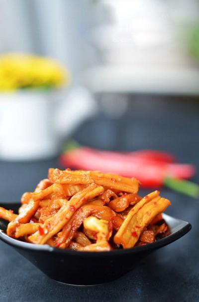 Gắp củ cải ra đĩa sâu lòng. Trước khi ăn, nhớ trộn thêm ít dầu vừng nhé, có thể thêm chút gừng và tỏi bằm nhuyễn cho thơm. Đảm bảo là hương vị rất mới mẻ và thơm ngon!