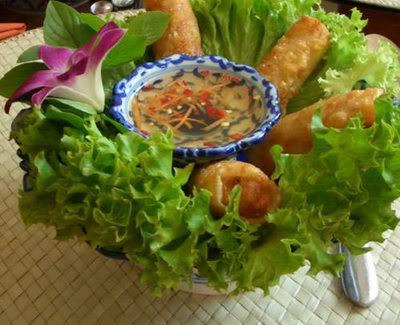 Dọn chả giò chay ra đĩa ăn kèm bún, rau sống, nước chấm.