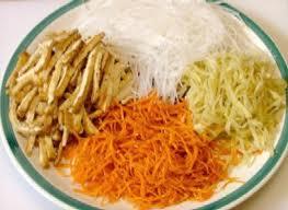 Cho củ sắn, khoai môn, khoai tây, cà rốt, nấm mèo, hạt nêm, đường, muối tiêu vào tô trộn đều.