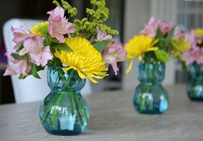 Bình hoa cúc rực rỡ làm cho không khí nhà bếp thêm ấm áp.