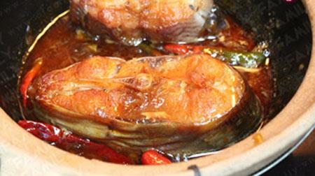 Khi nồi cá sôi bạn bớt xuống lửa nhỏ, đun tới khi nồi cá gần cạn nước còn 1/3 thì nêm nếm lại cho vừa ăn rồi đun tiếp.