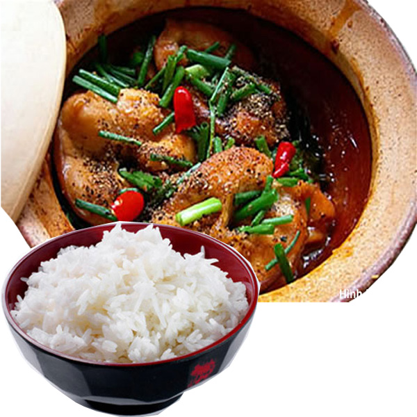 Khi nồi cá cán nước, bạn rắc thêm ớt, tiêu và trang trí với hành lá chẻ tùy thích và ăn cùng cơm trắng.