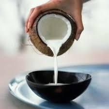 Trộn nước cốt dừa với chút muối, đường và một thìa cà phê bột năng, đun lửa nhỏ để nước cốt dừa đặc lại.