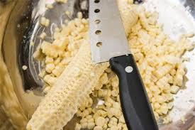 Khi ngô chín, đợi cho ngô nguội, dùng dao sắc cắt xuôi theo chiều dài bắp ngô, bạn cắt ngang hạt ngô thành 2 hoặc 3 phần.