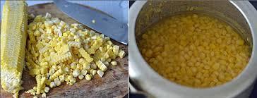 Cho ngô và lượng nước vừa đủ vào nồi, đun chín, nếu có bọt thì hớt bọt để nước được trong.