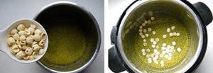 Cho cả đậu xanh và hạt sen vào nồi áp suất, thêm nước vào nấu chín mềm trong khoảng 20 phút.
