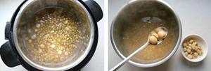 Dùng thìa xúc riêng hạt sen đã nấu chín.
