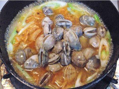 Nước sôi, cho ngao vào nồi, chờ đến khi tất cả ngao mở miệng thì thêm 1 muỗng cà phê tương ớt Hàn Quốc. Sau đó, nếm lại lần nữa và tắt bếp.