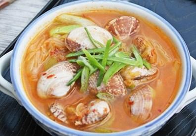 Múc canh ra bát, dùng nóng. Giữa tuần se lạnh cùng gia đình bên mâm cơm với món canh ngao kim chi thật ấm áp.