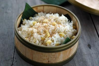 Đơm xôi vào đĩa là bạn đã hoàn thành món xôi dừa hạt sen rồi đấy!