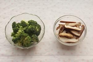 Rửa sạch bông cải xanh, cắt miếng vừa ăn. Nấm bỏ cuống, rửa sạch, cắt lát.