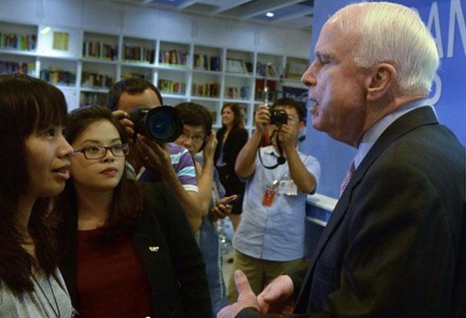 Thượng nghị sĩ John McCain gặp gỡ báo chí tại Hà Nội trong chuyến thăm đầu tháng 8.