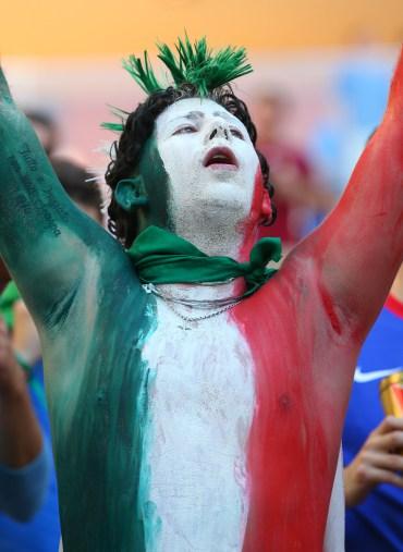 CĐV Italia vẽ quốc kì lên mặt và ngực cuồng nhiệt cổ vũ