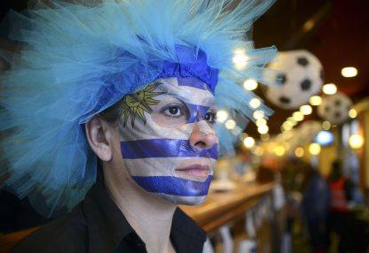 Cổ động viên đang theo dõi trận Costa Rica gặp Uruguay