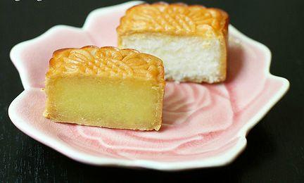 Bánh trung thu nhân sữa dừa vừa béo ngậy vừa thơm ngon, bổ dưỡng