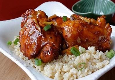 Vị đậm đà của thịt gà quyện mùi thơm ấm nồng của gừng tạo nên sức hấp dẫn cho món ăn này.