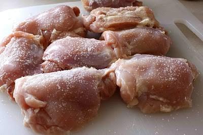 Gà chặt miếng vừa ăn ướp gà trước với muối khoảng 20 phút.