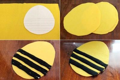 In hình phần thân, đầu, chân của chú ong vàng ra giấy, rồi cắt theo mẫu. Cắt vải dạ màu vàng 2 tấm làm mình ong. Cắt vải dạ đen thành 6 tấm dài làm bụng ong. Đặt 6 dải vải màu đen lên 2 tấm vải màu vàng, mỗi tấm 3 dải vải, ghim ổn định trước khi khâu làm bụng ong, các dải vải cách nhau 1cm. Tùy vào kích thước gối làm cho bé lớn hay nhỏ để cắt cho phù hợp nhé.