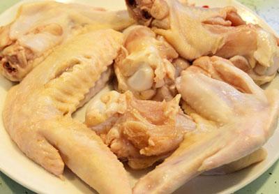 Thịt gà rửa sạch, chặt miếng nhỏ vừa ăn (có thể giữ lại da gà hay bỏ da tùy theo sở thích của bạn.)