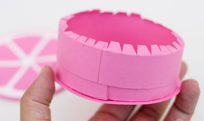 Dán hai đầu dải giấy thứ hai lại với nhau sao cho vòng tròn này rộng hơn thành hộp một chút để làm thành nắp hộp.