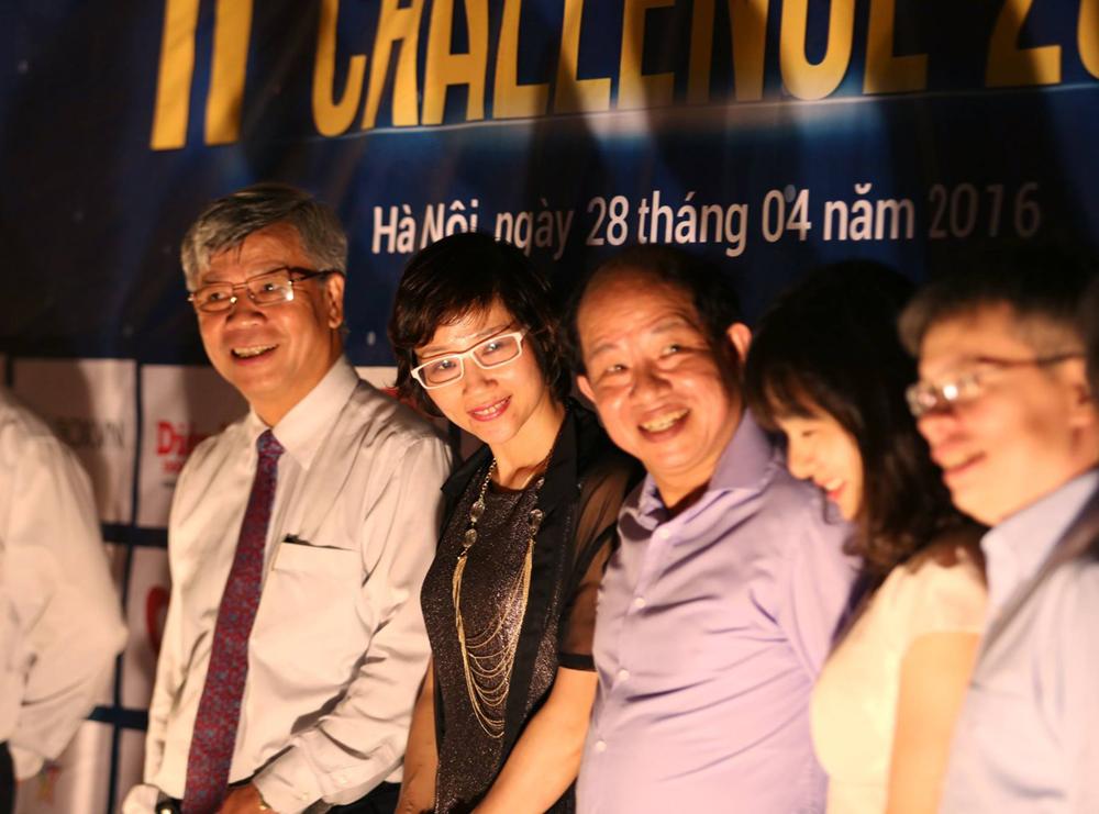 Ban tổ chức và các chuyên gia trong ban giám khảo cùng chụp ảnh lưu niệm